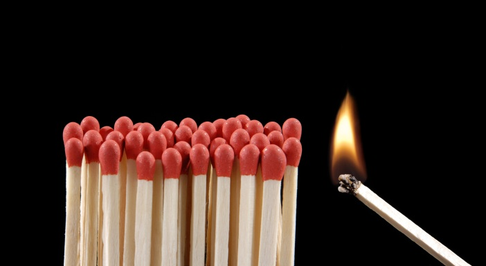 Encendiendo cerillos,un cerillo encendido,inflamable.
